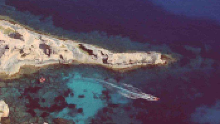 """boat-in-the-sea-750x422.jpg"""">"""